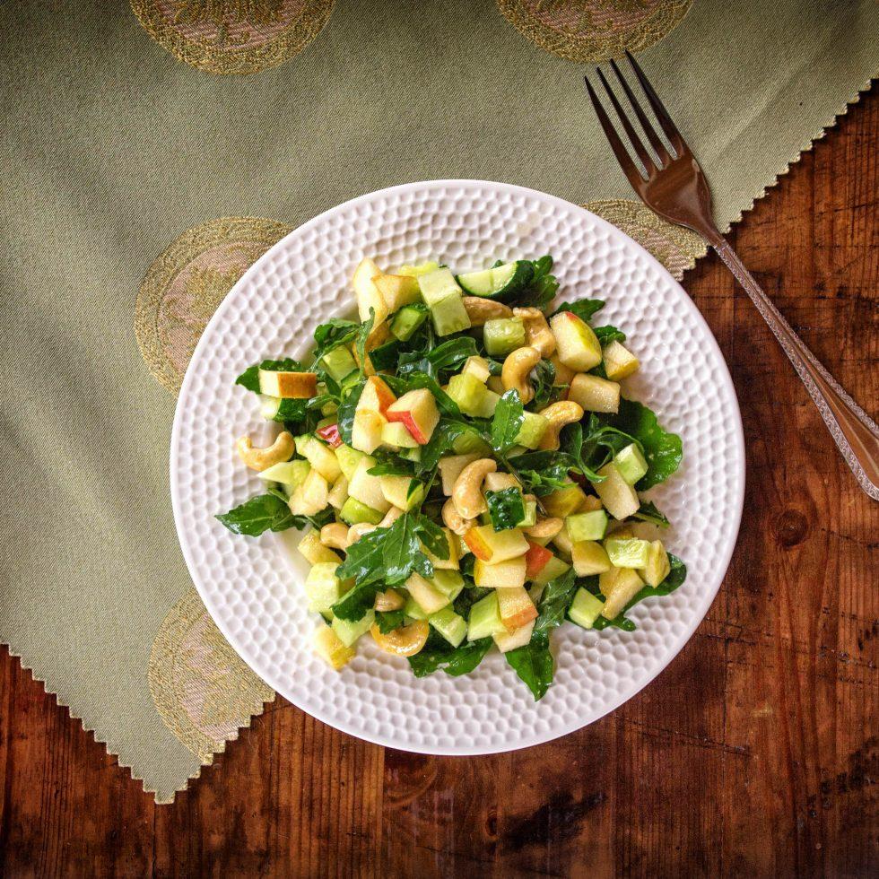Салат из рукколы и орехов