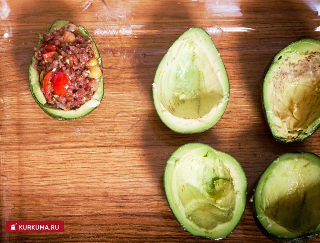 Запеченные авокадо с рисом и нутом