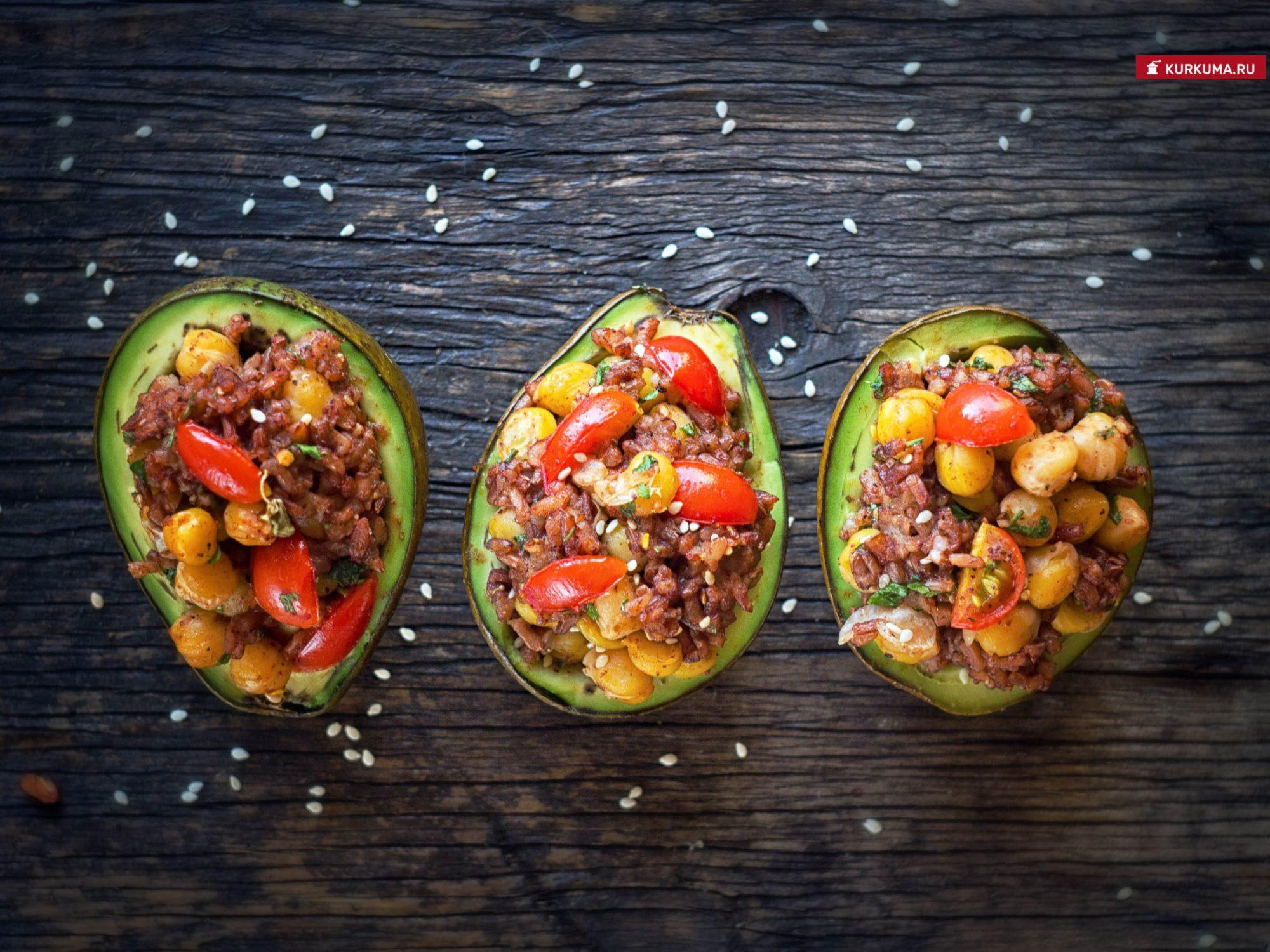 Запеченные авокадо с рисом и нутом - рецепт с фото