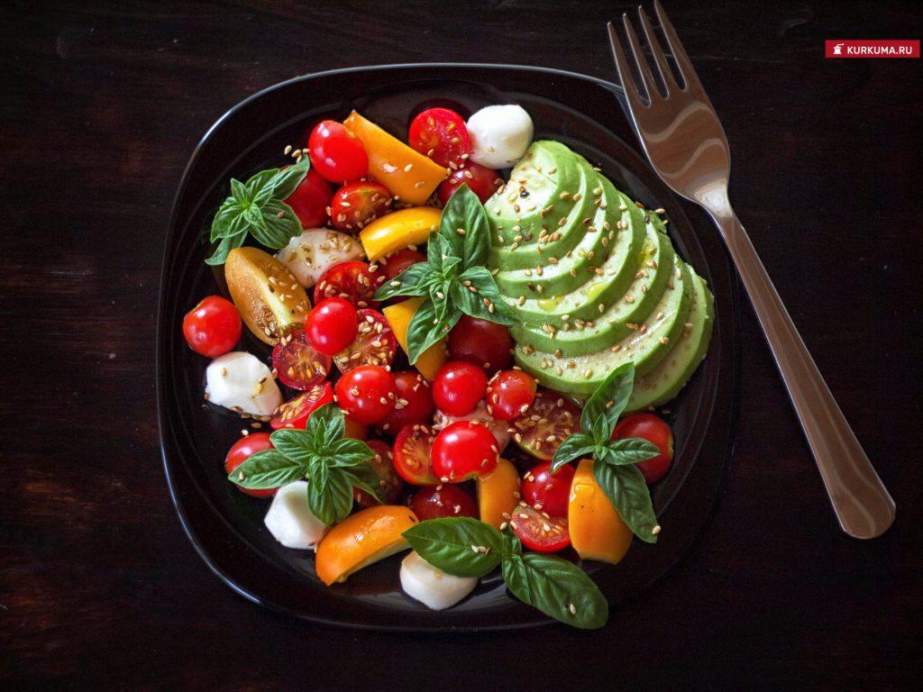 Салат из черри с базиликом