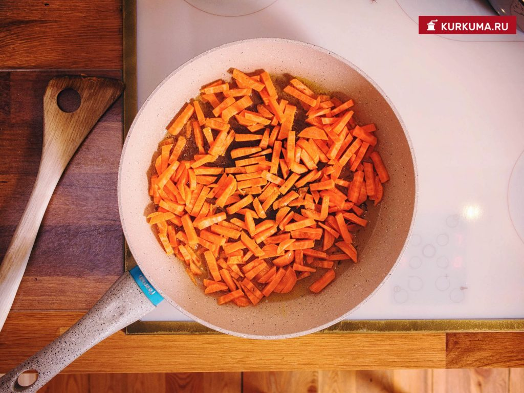 поджариваем морковь