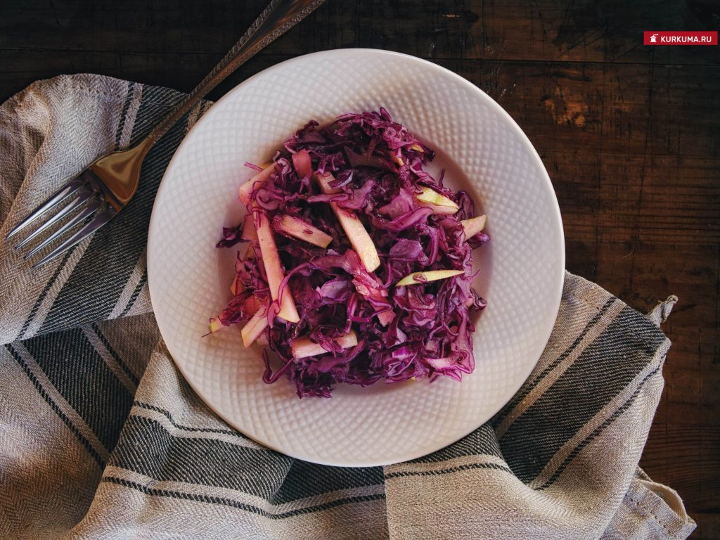 Салат из краснокочанной капусты с яблоком - рецепт
